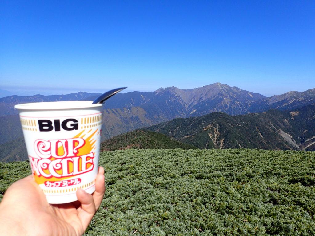 光岳登山でイザルヶ岳から聖岳を眺めながら食べるカップラーメン