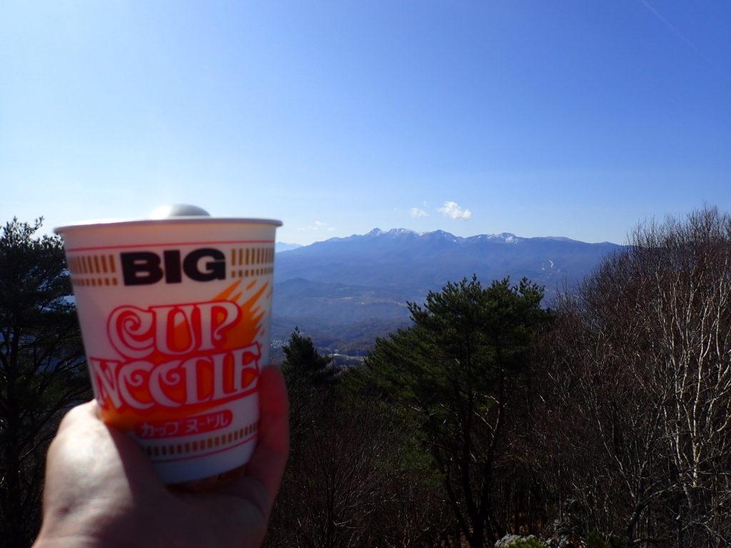 長野県南佐久郡の茂来山で八ヶ岳を眺めながら食べるカップラーメン