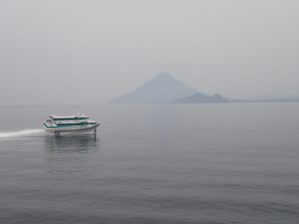 フェリー屋久島から見た開聞岳と高速船