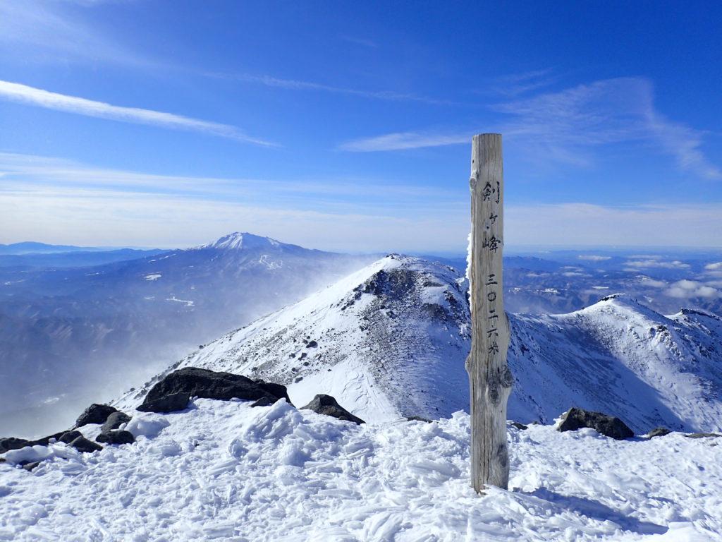 厳冬期の乗鞍岳剣ヶ峰の山頂標