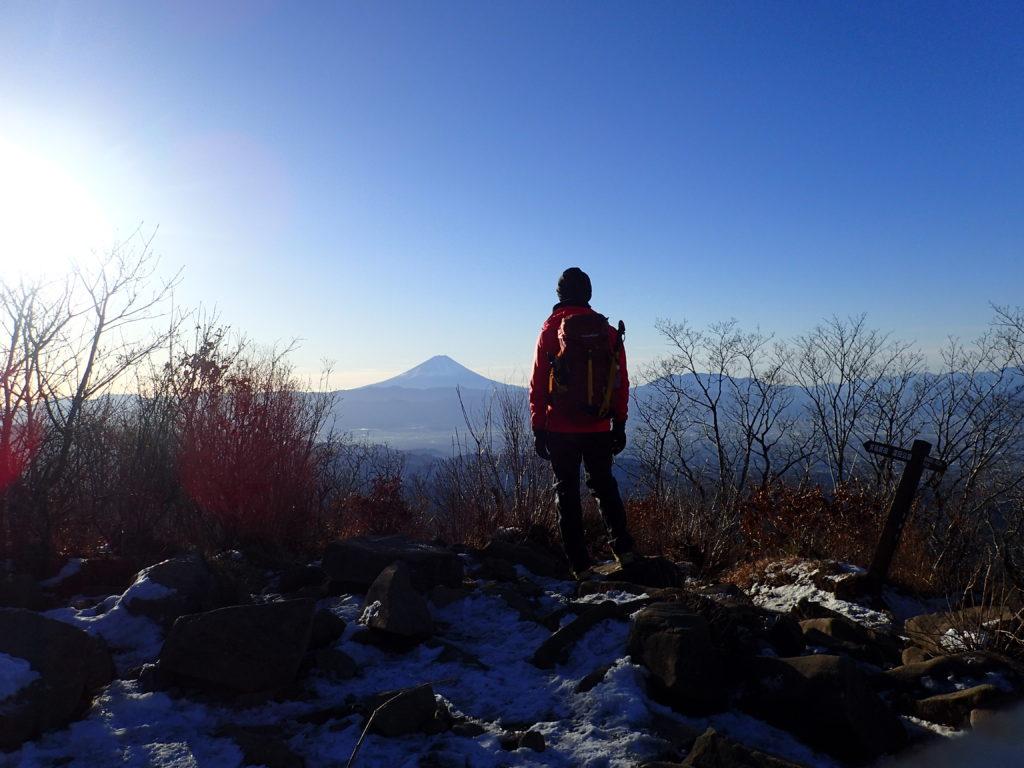 茅ヶ岳山頂で富士山をバックに記念撮影