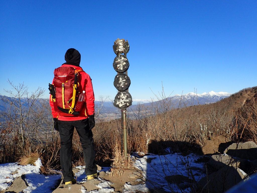 茅ヶ岳山頂標と記念撮影
