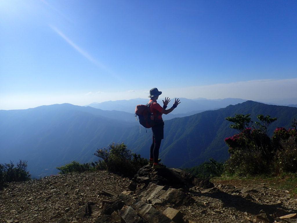 ひと夏での日本百名山全山日帰り登山9座目の祖母山の山頂で記念写真