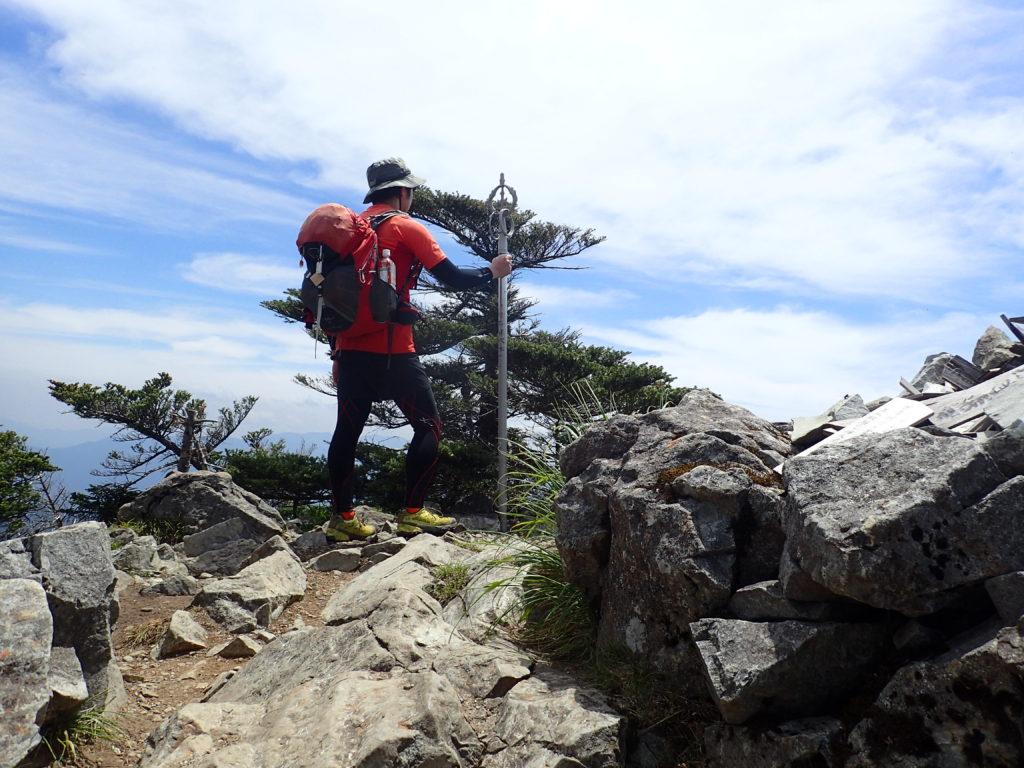 ひと夏での日本百名山全山日帰り登山14座目の大峰山(八経ヶ岳)山頂で記念写真