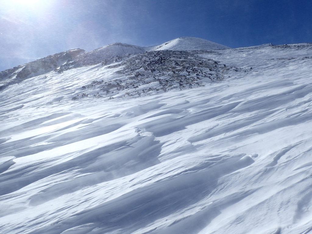 厳冬期の乗鞍岳のシュカブラと雪煙