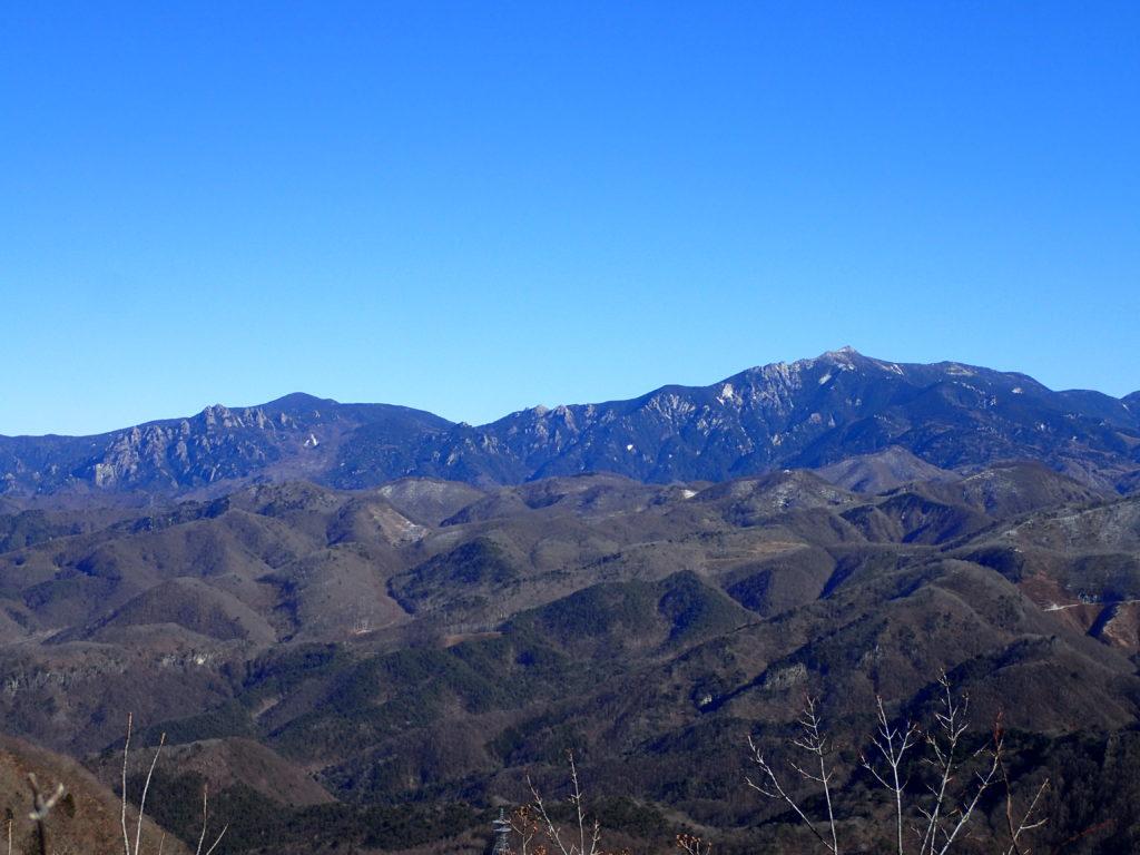 茅ヶ岳から見る瑞牆山と金峰山