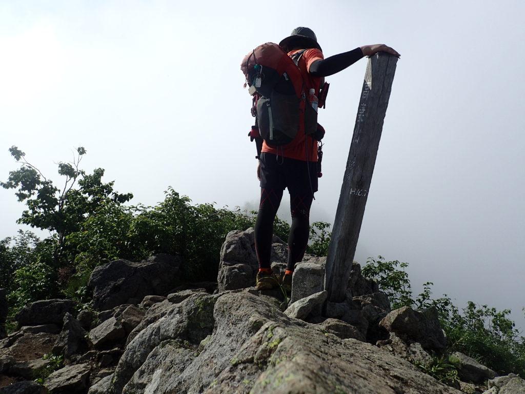 ひと夏での日本百名山全山日帰り登山41座目の高妻山の山頂で記念写真