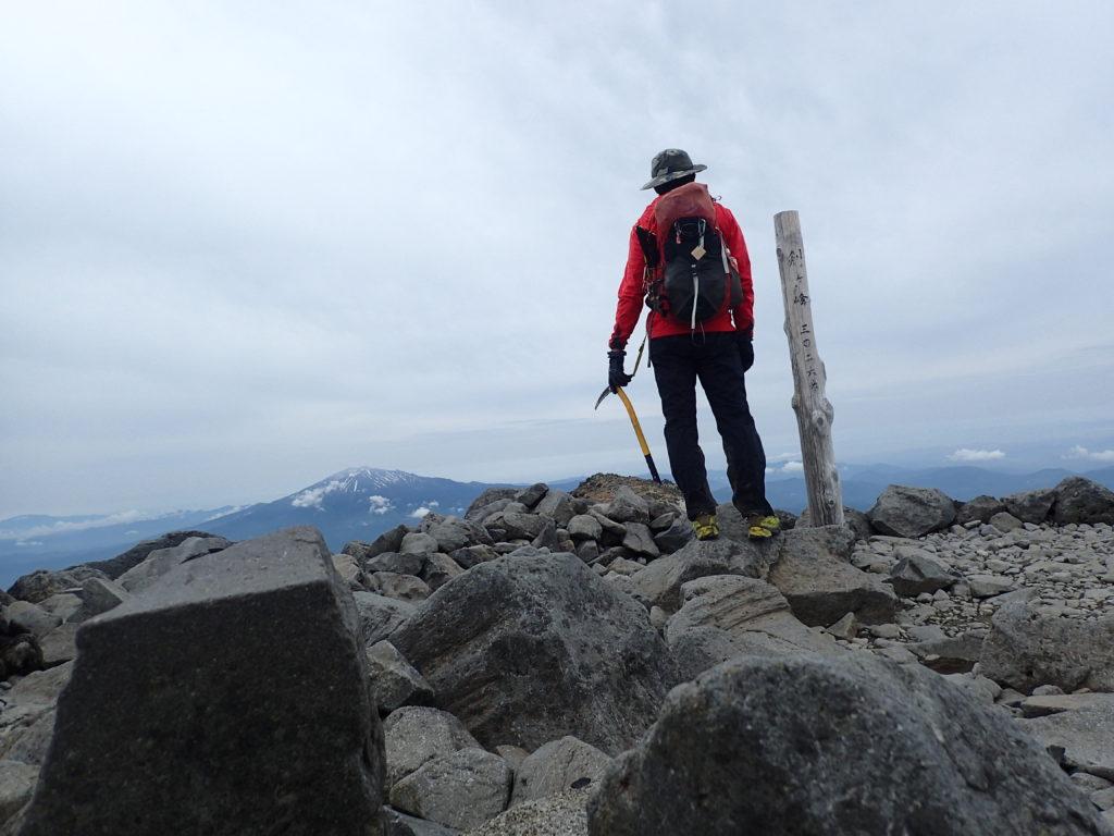 ひと夏での日本百名山全山日帰り登山21座目の乗鞍岳剣ヶ峰山頂で記念写真