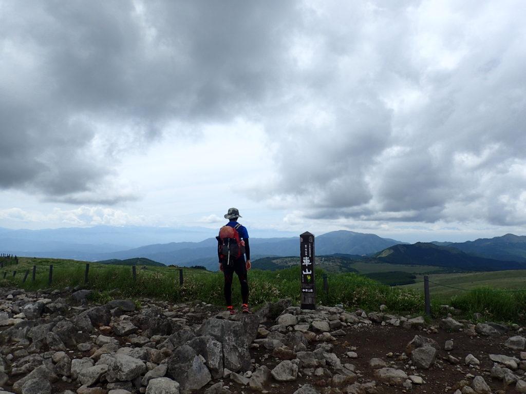 ひと夏での日本百名山全山日帰り登山20座目の霧ヶ峰(車山)山頂で記念写真