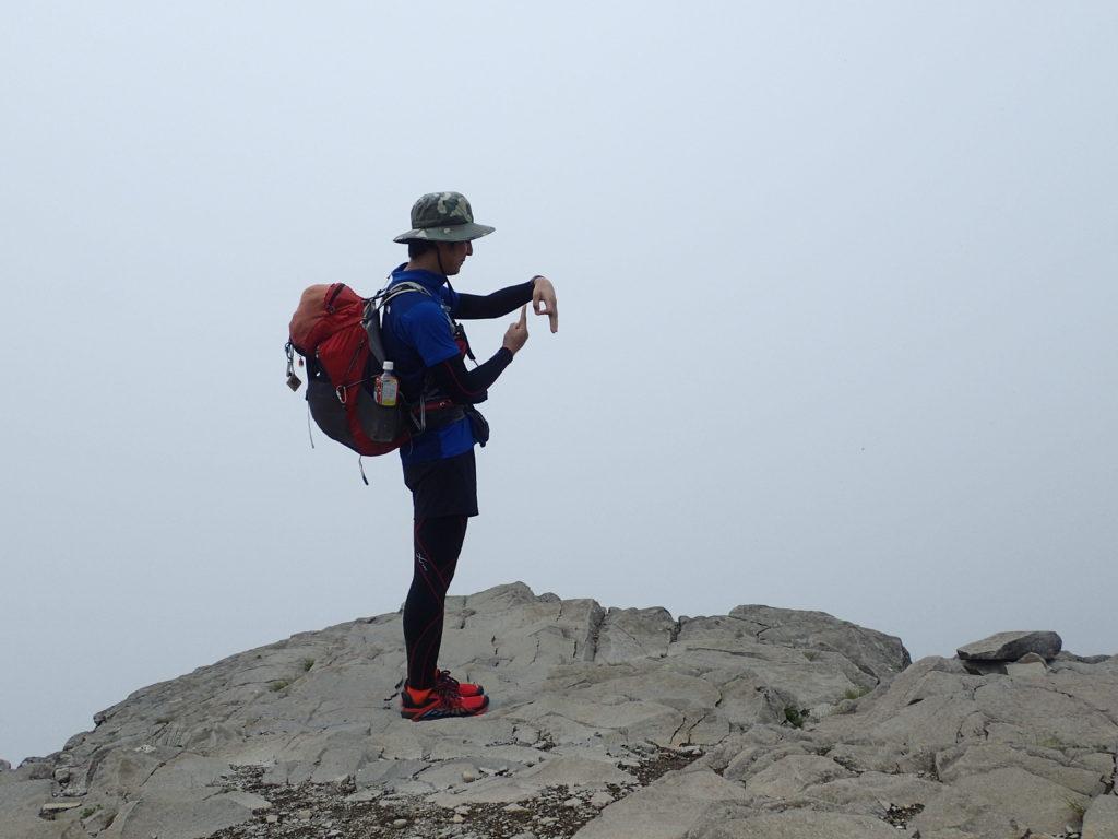 ひと夏での日本百名山全山日帰り登山19座目の美ヶ原王ヶ頭で記念写真