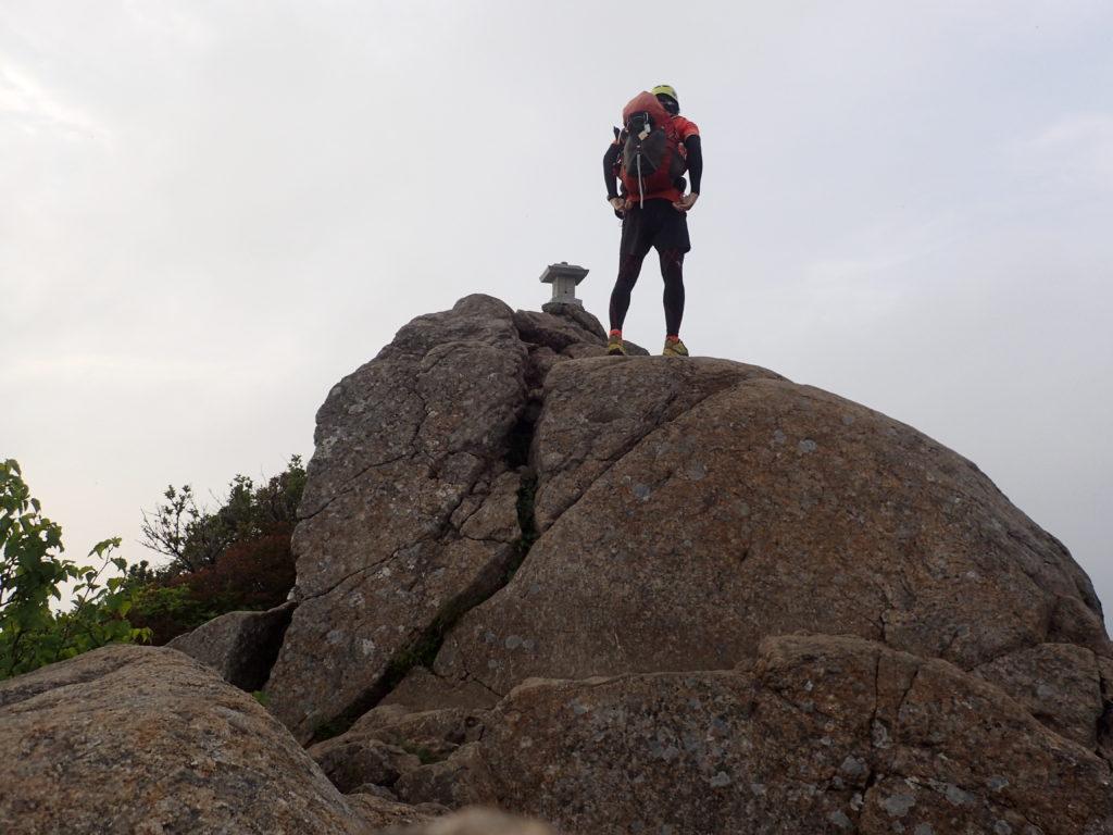 ひと夏での日本百名山全山日帰り登山11座目の石鎚山山頂で記念写真