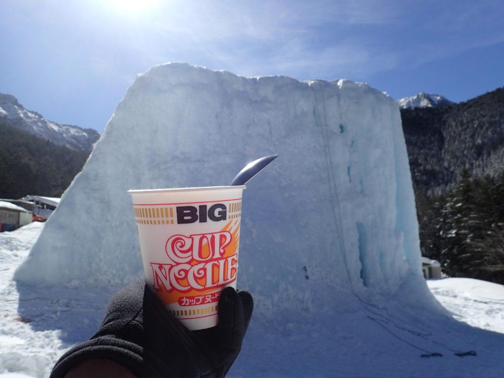 八ヶ岳の赤岳鉱泉でアイスキャンディーを眺めながらのカップラーメン