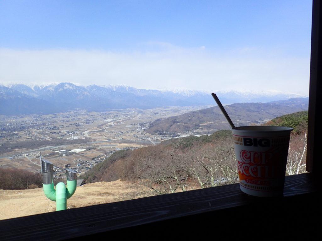 長峰山展望台で安曇野市を見おろし、北アルプスを眺めながらのカップラーメン