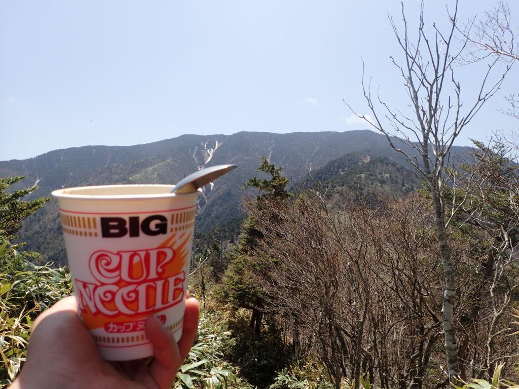 大判山から恵那山を眺めながらのカップラーメン