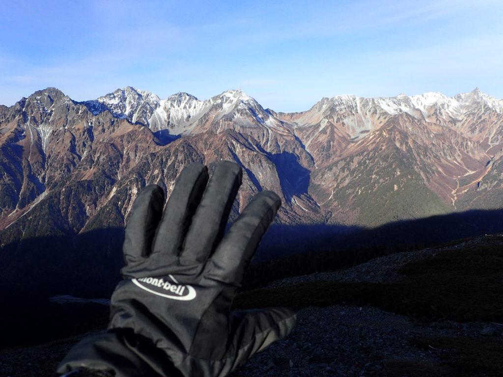 蝶ヶ岳の稜線で槍ヶ岳・穂高岳をバックにモンベルの登山用グローブであるサンダーパスグローブの記念撮影