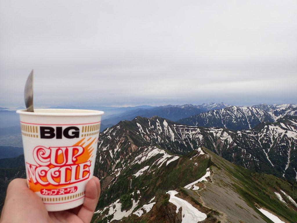 鹿島槍ヶ岳山頂から爺ヶ岳稜線を眺めながらのカップラーメン