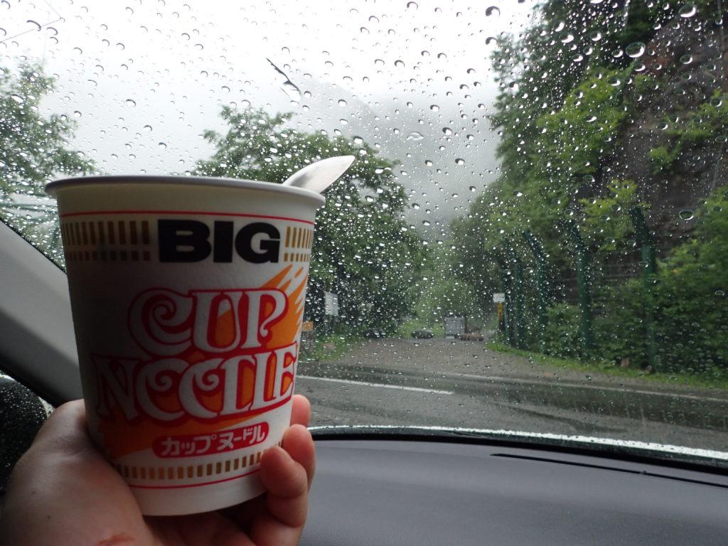 爺ヶ岳の柏原新道登山口で食べるカップラーメン