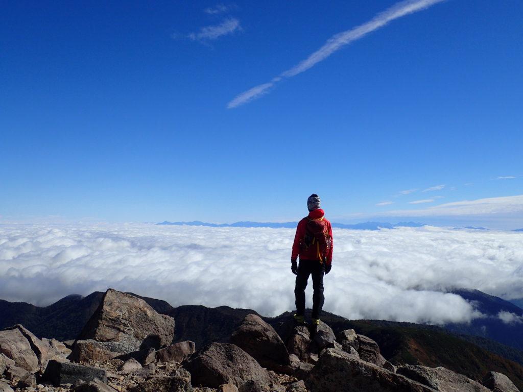 モンベルの登山用ザックであるバーサライトパックを背負って雲海の白山で記念撮影