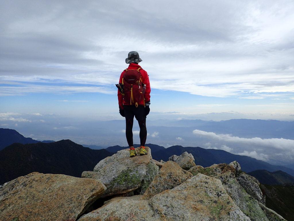 常念岳でモンベルの登山用ザックであるバーサライトパックを背負って記念撮影