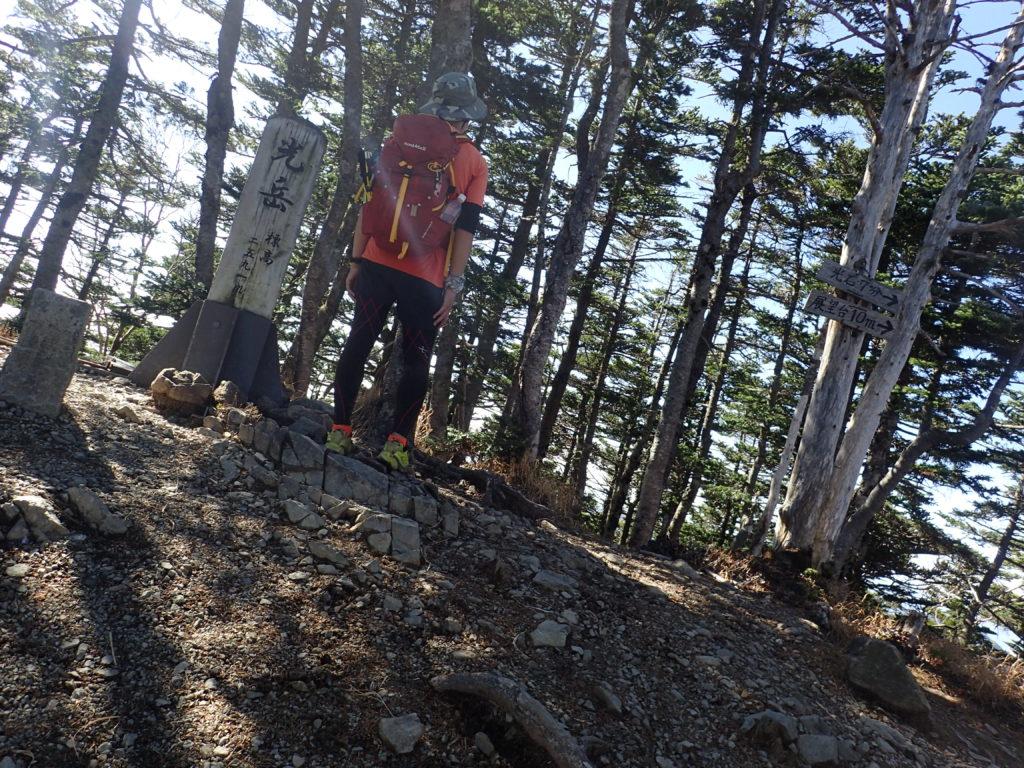 南アルプスの光岳山頂でモンベルの登山用ザックであるバーサライトパックを背負って記念撮影