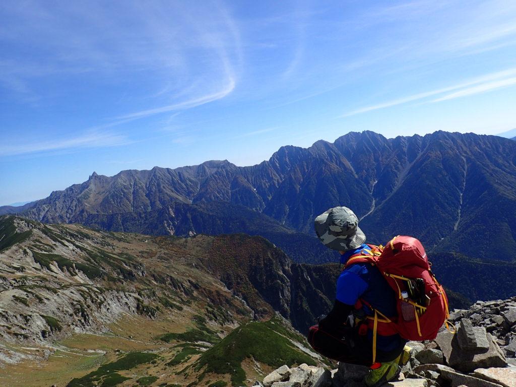 笠ヶ岳の山頂でモンベルの登山用ザックであるバーサライトパックを背負って記念撮影