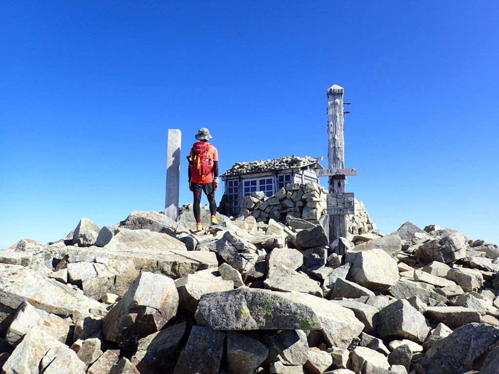 日本百名山である薬師岳山頂でモンベルの登山用ザックであるバーサライトパックを背負って記念撮影