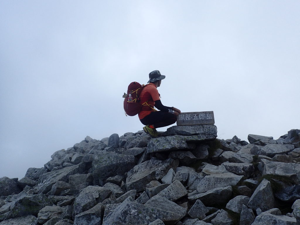 日本百名山である黒部五郎岳山頂でモンベルの登山用ザックであるバーサライトパックを背負って記念撮影