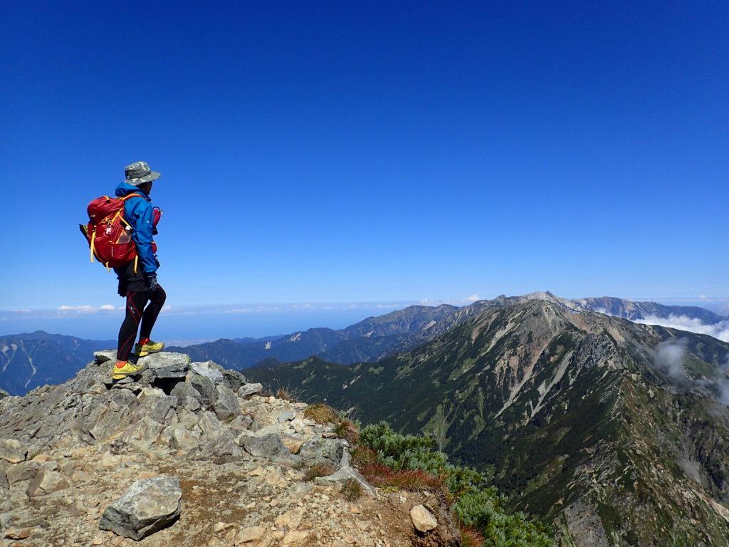 鹿島槍ヶ岳から五竜岳を眺める背中にモンベルの登山用ザックであるバーサライトパック