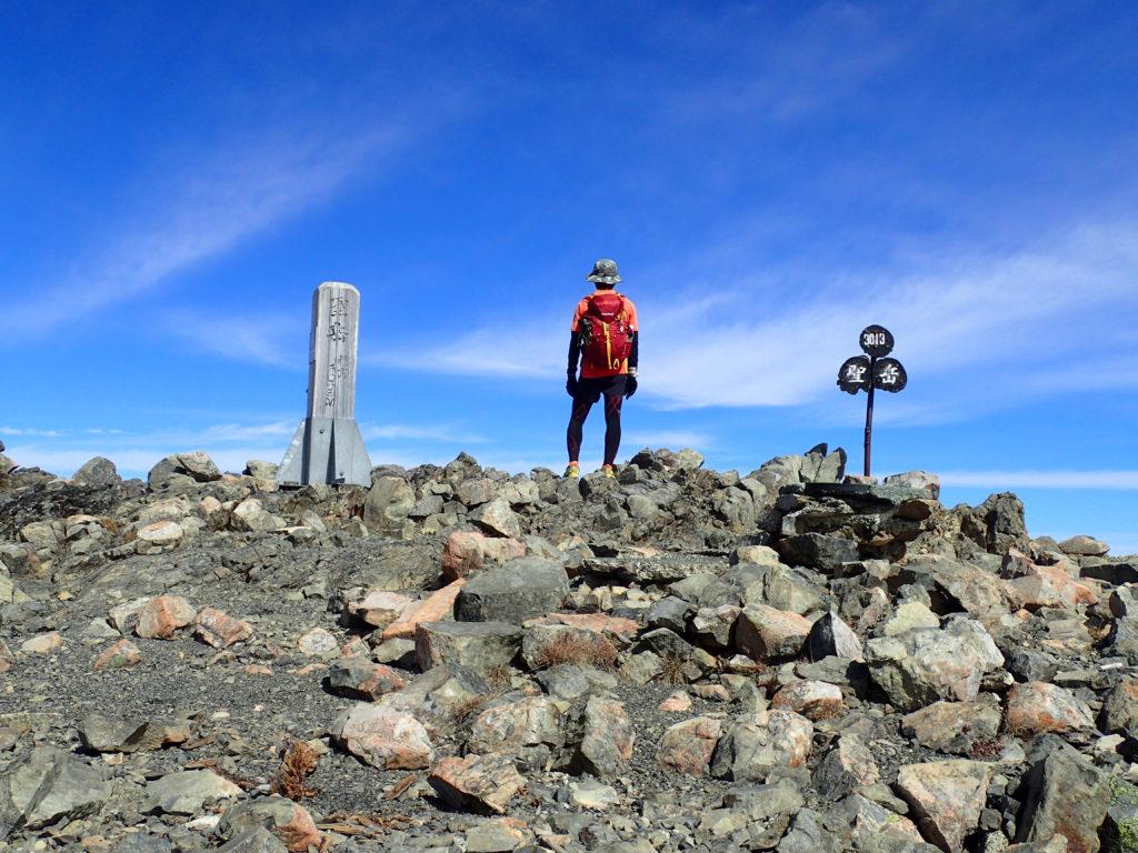 聖岳山頂でモンベルの登山用ザックであるバーサライトパックを背負って記念撮影