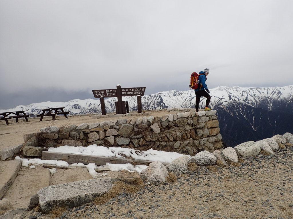 燕山荘の前での記念撮影の背中にモンベルの登山用ザックであるバーサライトパック