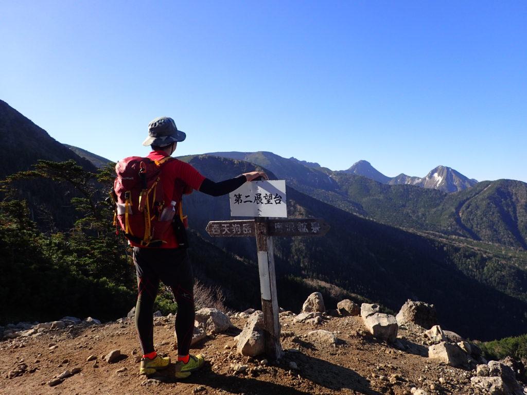 八ヶ岳の西天狗岳へと向かう第二展望台で赤岳を眺める背中にモンベルの登山用ザックであるバーサライトパック