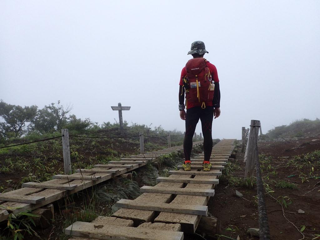 丹沢の大倉尾根でモンベルの登山用ザックであるバーサライトパックを背負って記念撮影