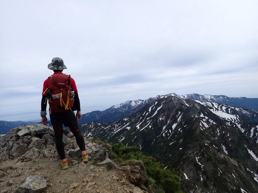 鹿島槍ヶ岳北峰でモンベルの登山用ザックであるバーサライトパックを背負って記念撮影