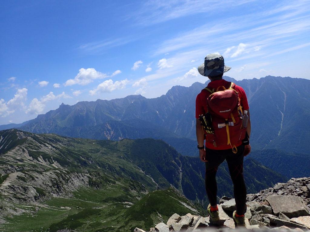 笠ヶ岳山頂でモンベルの登山用ザックであるバーサライトパックを背負って記念撮影