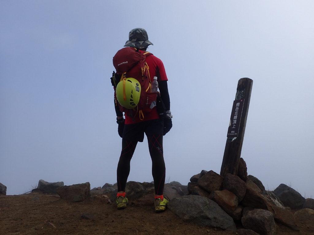 焼岳山頂でモンベルの登山用ザックであるバーサライトパックを背負って記念撮影