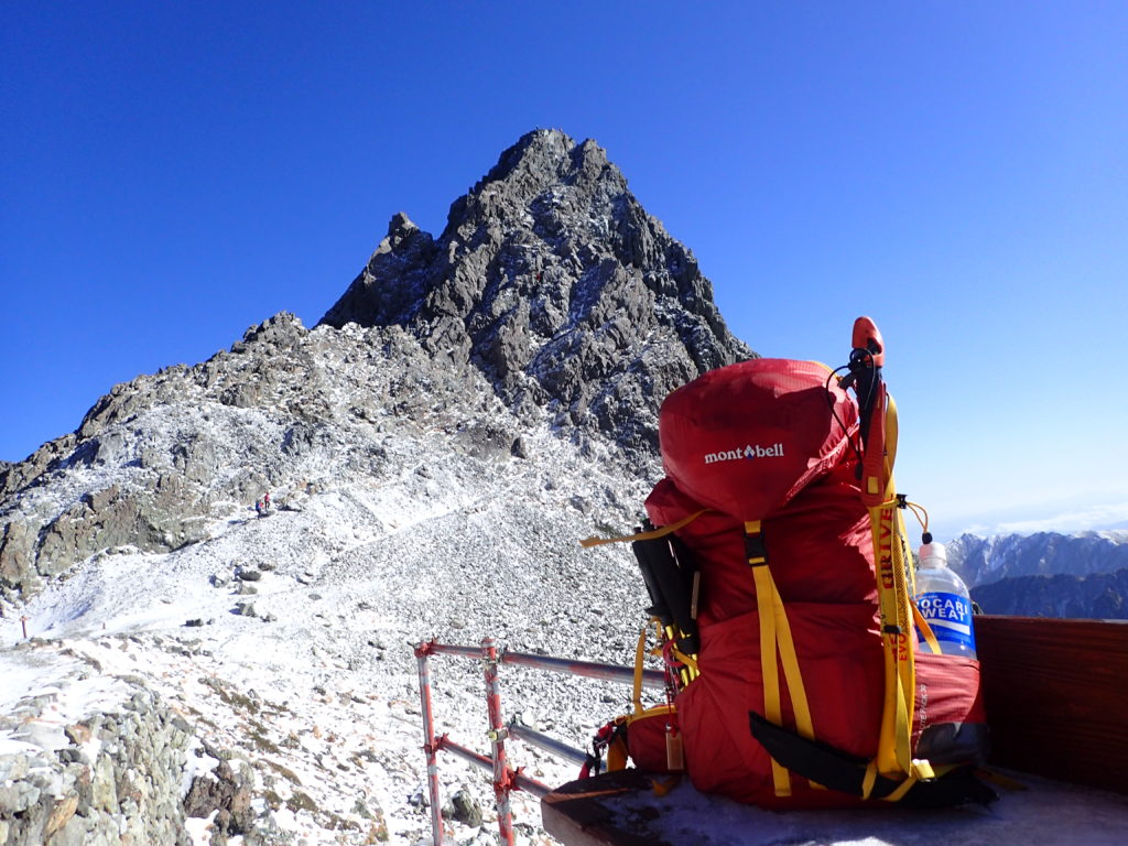 北アルプスの槍ヶ岳の穂先をバックにモンベルの登山用ザックであるバーサライトパックの記念撮影