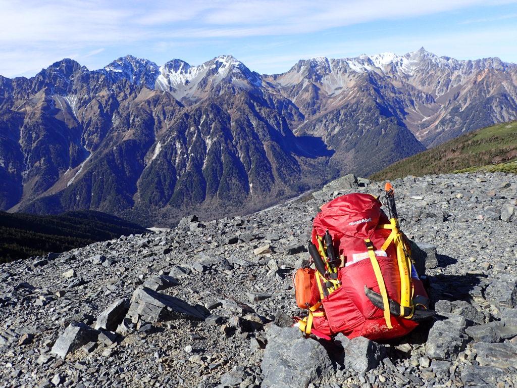 蝶ヶ岳稜線で槍穂高を背景にモンベルの登山用ザックであるバーサライトパックの記念撮影