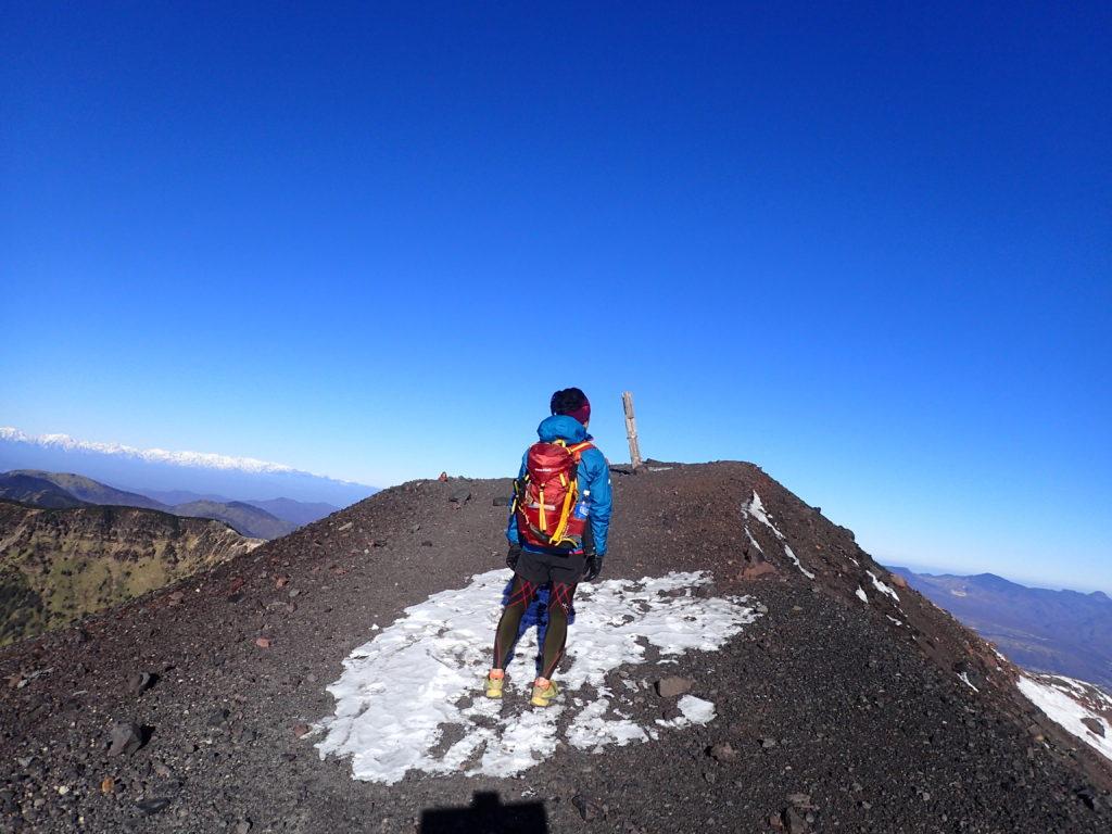 初冬の浅間山山頂でモンベルの登山用ザックであるバーサライトパックを背負って記念撮影