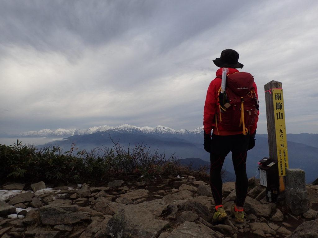日本百名山完登の背中にモンベルの登山用ザックであるバーサライトパック