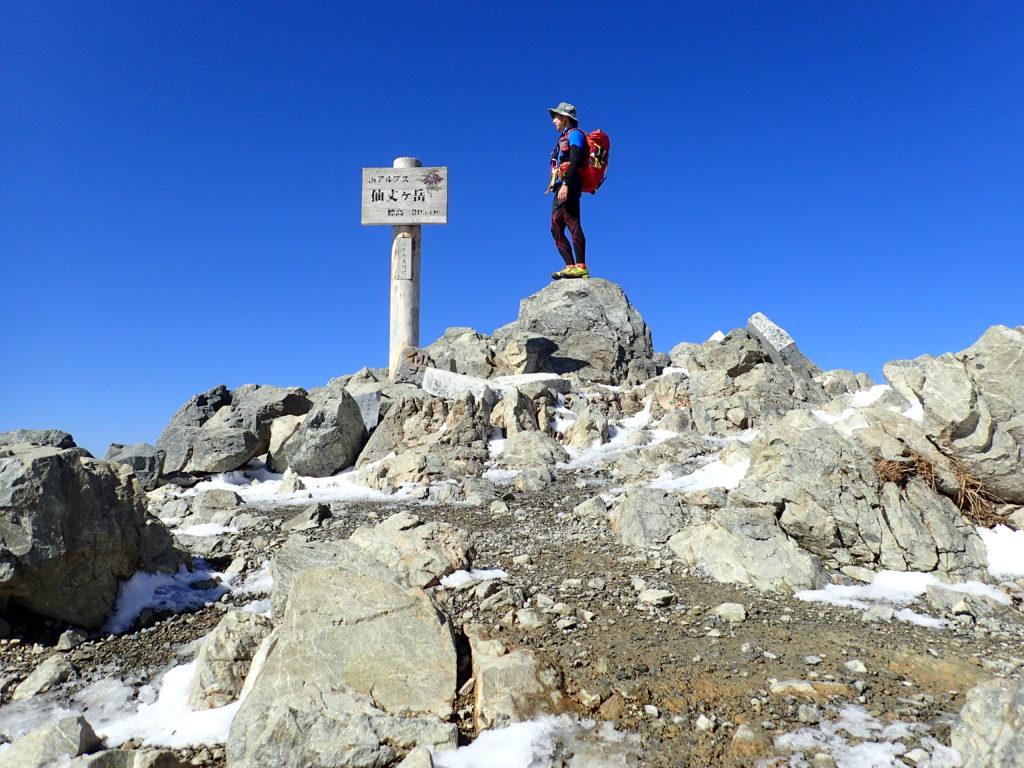 仙丈ヶ岳の山頂でモンベルの登山用ザックであるバーサライトパックを背負って記念撮影