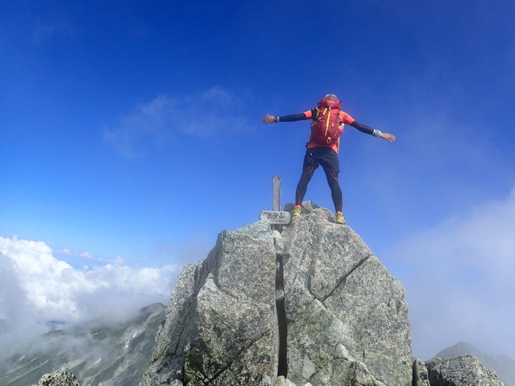 日本百名山である立山の大汝山でモンベルの登山用ザックであるバーサライトパックを背負って記念撮影
