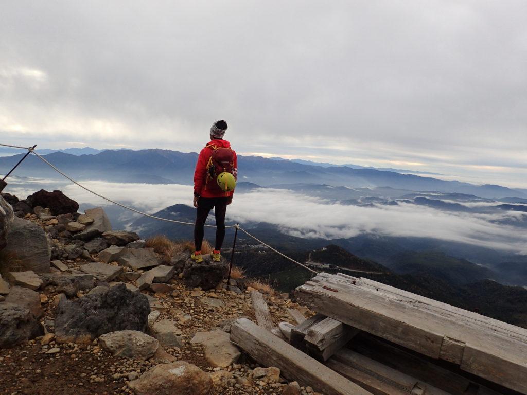 御嶽山でモンベルの登山用ザックであるバーサライトパックを背負って記念撮影