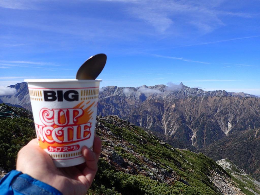 常念岳山頂で北アルプスを眺めながらのカップラーメン