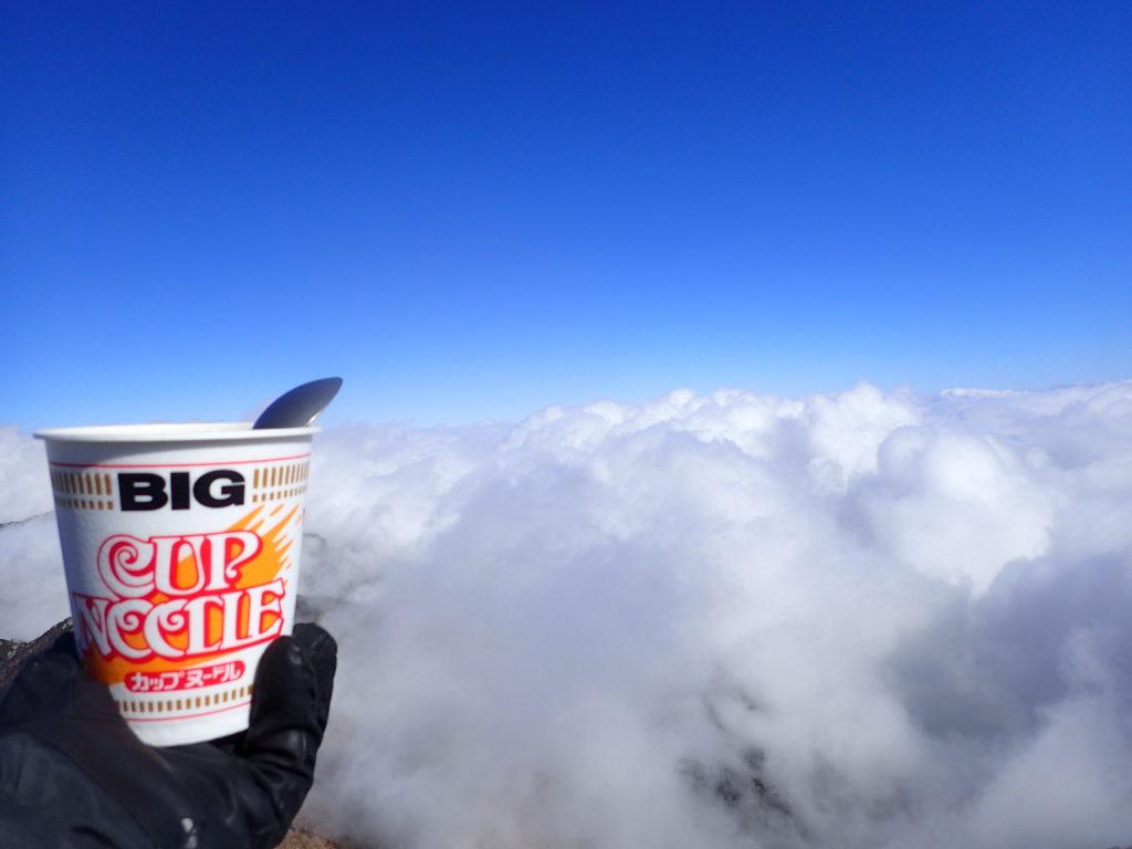 大天井岳山頂で雲の上のカップヌードル