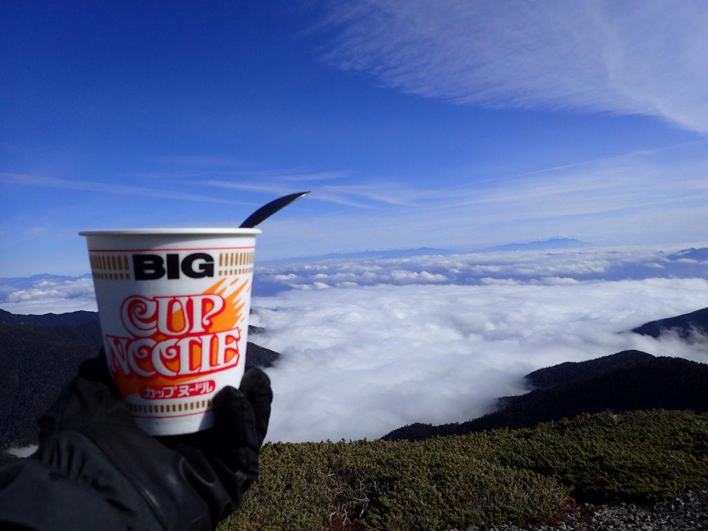 蝶ヶ岳ヒュッテテント場で雲海を眺めながら食べるカップラーメン