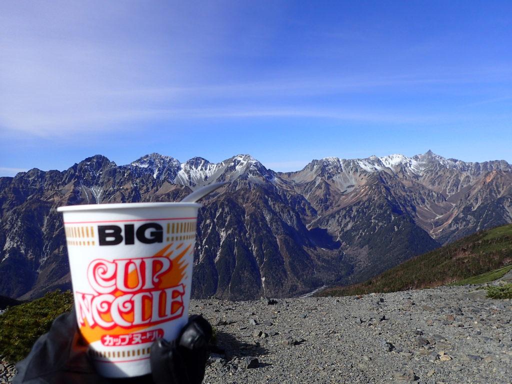 蝶ヶ岳の稜線で槍ヶ岳から穂高岳に続く稜線を眺めながら食べるカップラーメン