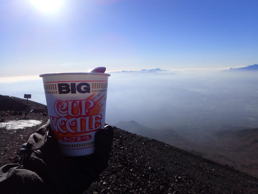 浅間山の前掛山山頂で食べるカップラーメン