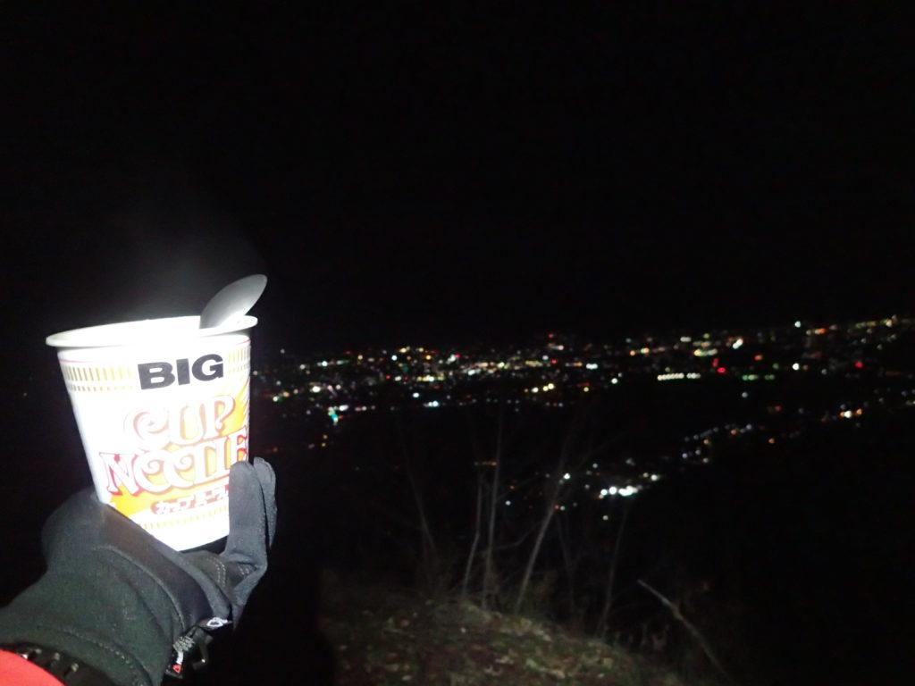 夜の光城山山頂で安曇野市の夜景を眺めながら食べるカップラーメン