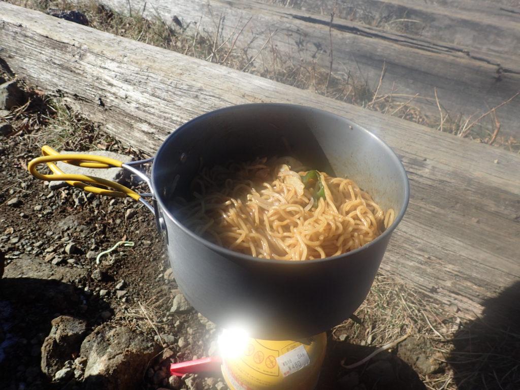 丹沢の塔ノ岳でイワタニプリムスのP153ウルトラバーナーを使って焼きそばを調理