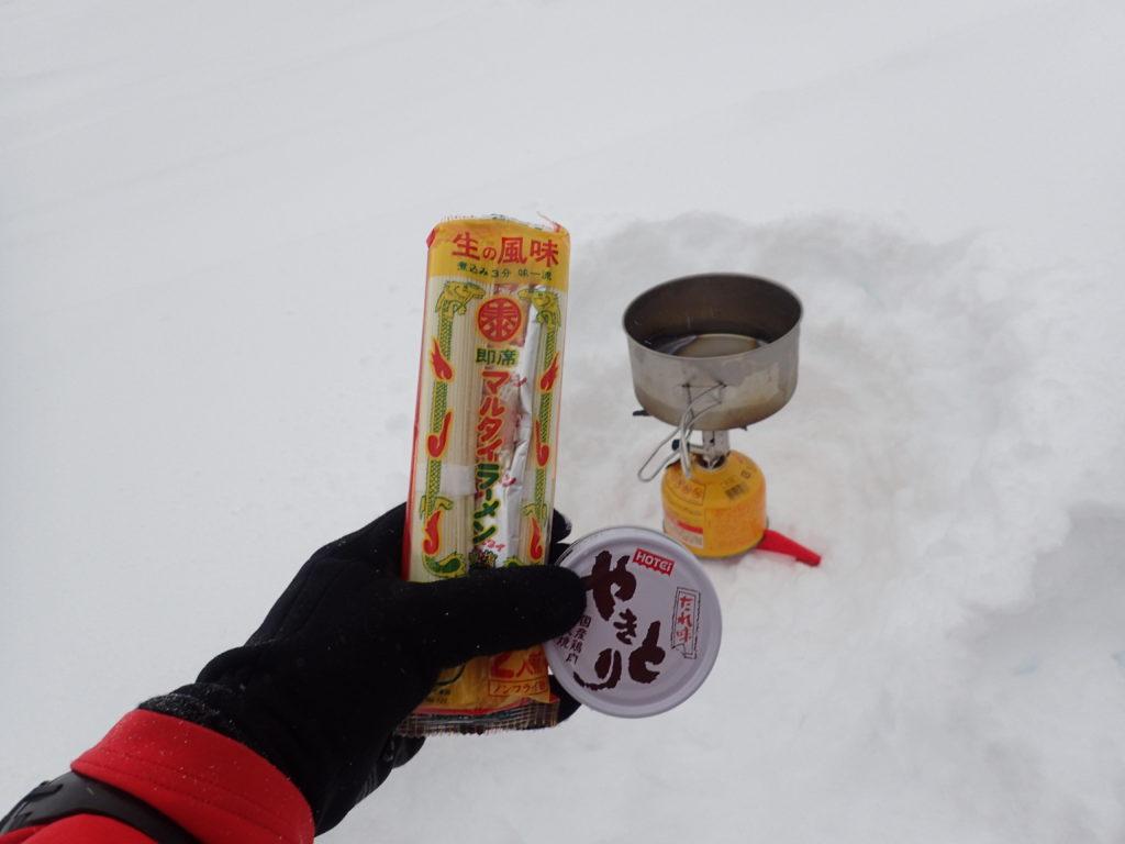 冬の乗鞍岳の雪上でイワタニプリムスのP153ウルトラバーナーを使ってラーメンを調理